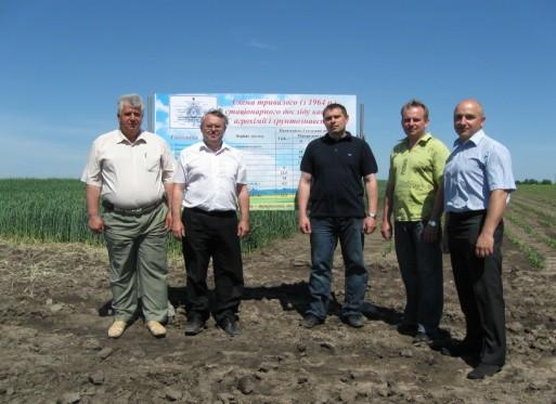 Науковці кафедри агрохімії і ґрунтознавства в польових умовах стаціонарного досліду
