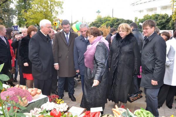 міський голова Юрій Бодров, голова райдержадміністрації Анатолій Петренко та гості  з Естонії;